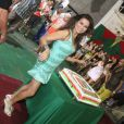 Laryssa Dias posa ao lado do bolo