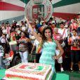 Laryssa posa atrás do bolo e com os integrantes da escola que será destaque no Carnaval 2013