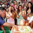 Passistas cantam parabéns junto com Laryssa Dias