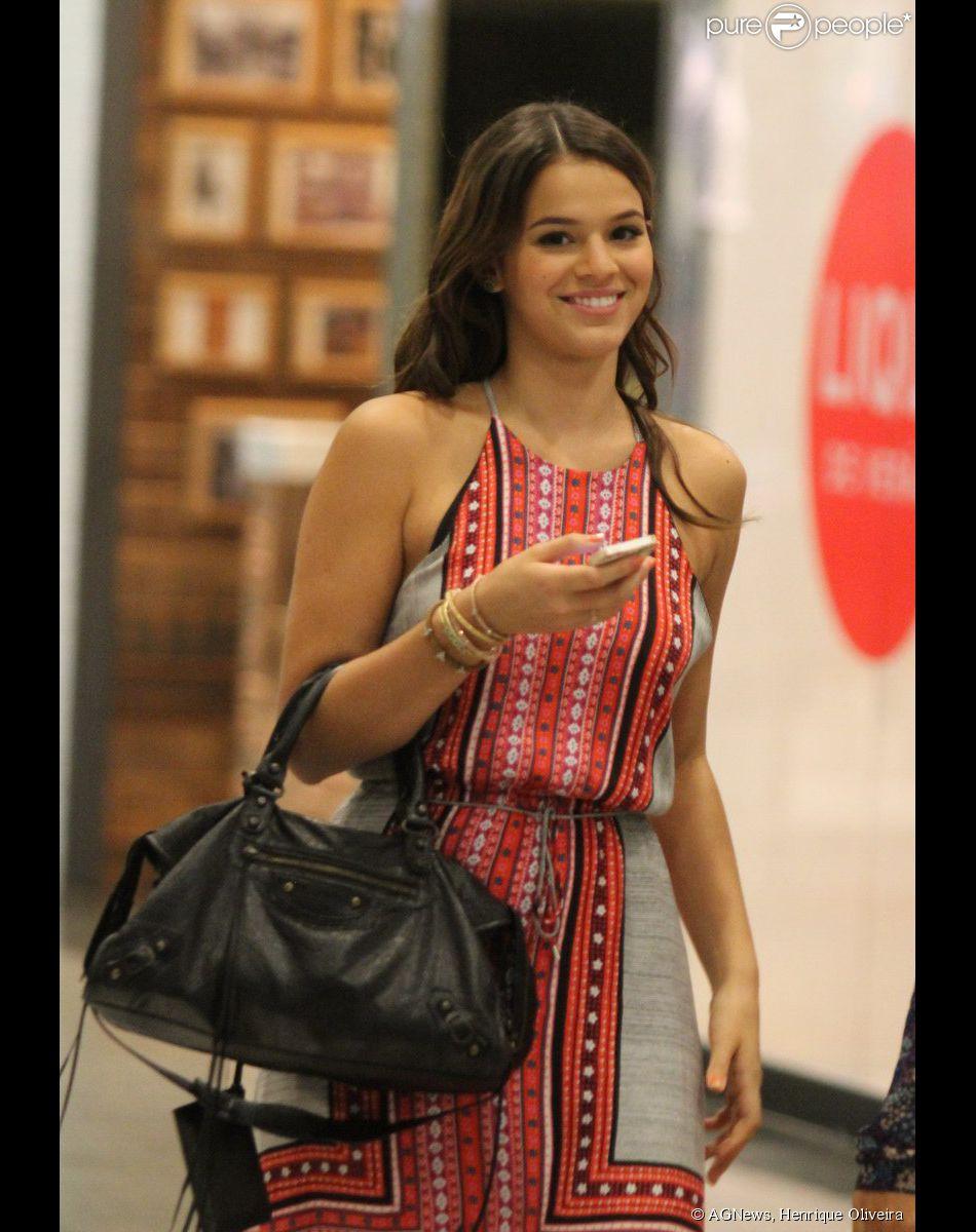 093bc799010a Bruna Marquezine passeia em shopping no Rio de Janeiro na noite desta  quinta-feira,