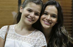 Bruna Marquezine curte festa junina com a irmã, Luana, e come pastel: 'Anarriê'