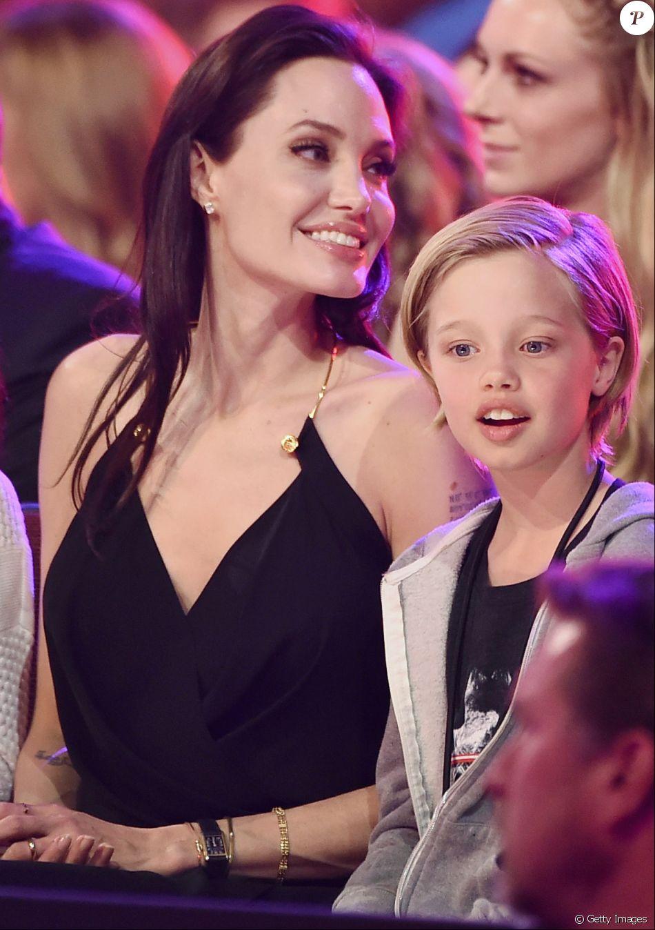 Shiloh, de 11 anos, filha de Angelina Jolie e Brad Pitt, começou o tratamento para mudança de sexo
