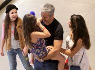 Otaviano Costa se diverte ao carregar filha, Olívia, no colo em passeio no RJ