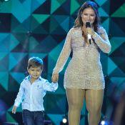 Filho de Simone, da dupla com Simaria, rouba a cena durante show da mãe em Goiás
