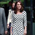 Kate Middleton apostou em um vestido de poás Dolce & Gabbana para ir ao torneio de Wimbledon nesta segunda-feira, 3 de julho de 2017