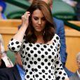 Kate Middleton completou o look com uma   tote bag off-white da marca de Victoria Beckham