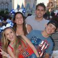 Larissa Manoela e o namorado, Thomaz Costa, estão na Disney curtindo férias