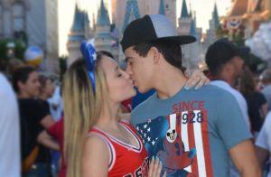 Beijo no namorado e festa de criança: o dia de Larissa Manoela na Disney