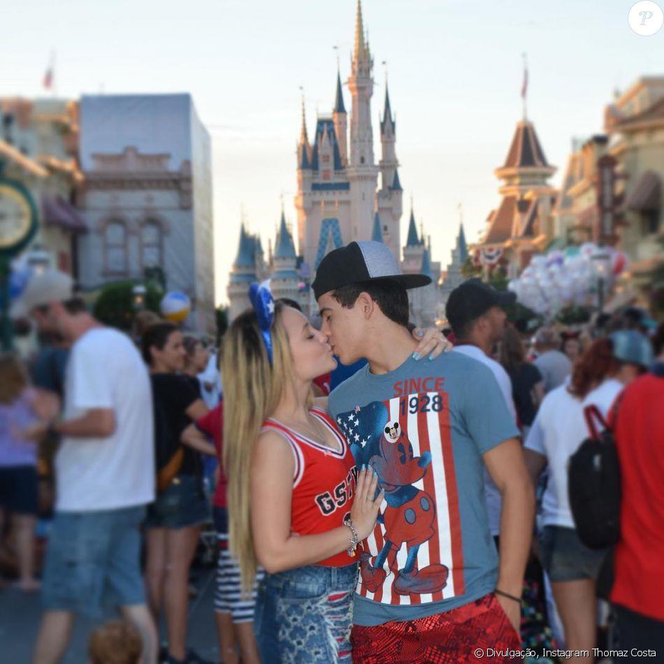 51031a5330893 Larissa Manoela trocou beijo com o namorado, Thomaz Costa, durante passeio  na Disney