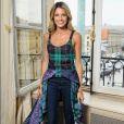 Helena Bordon se entregou ao estilo casual fashion com blusa Esteban Cortazar, jeans Re/Done e sapatos Manolo Blahnik em 4 de julho de 2017