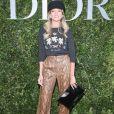 Com influência do estilo militar, Helena Bordon apostou em calça de couro de cobra, suéter, boina e bolsa carteira para o lançamento da exibição  'Christian Dior, couturier du reve' em 3 de julho de 2017