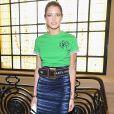 Helena Bordon combinou saia midi azul e camisa verde para ir ao desfile da grife  Jean Paul Gaultier  nesta quarta-feira, 5 de julho de 2017