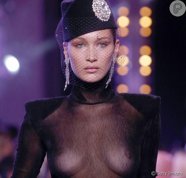 Bella Hadiddesfilou para o estilista Alexandre Vauthie, na semana de alta costura de moda em Paris, na noite desta terça-feira, 4 de julho de 2017