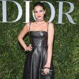 Para a ocasião, Bruna Marquezine investiu em um elegante vestido de couro e clutch Dior avaliada em cerca de R$ 10 mil