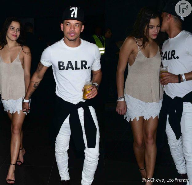 Ex-BBB Emilly curte show de mãos dadas com Jota Amâncio, amigo de Neymar. Fotos foram feitas na noite de sexta-feira, 08 de julho de 2017