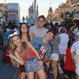 Larissa Manoela e Thomaz Costa estão acompanhados de familiares da atriz