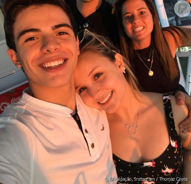 Larissa Manoela e Thomaz Costa estão se divertindo na Disney. Neste sábado o artista publicou um vídeo em seu Instagram curtindo uma montanha-russa com a namorada