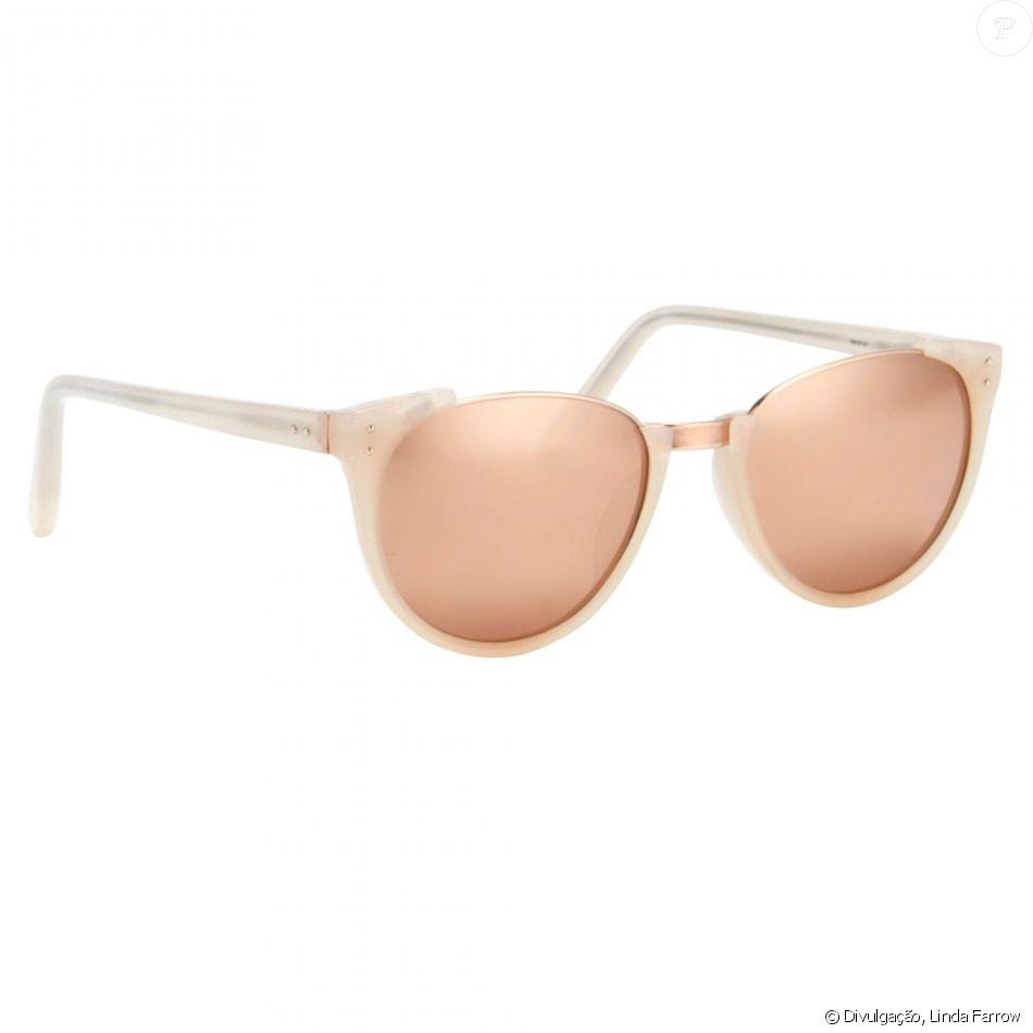 6ef45e4bc5437 Os óculos Linda Farrow usados por Bruna Marquezine em Paris têm lentes  espelhadas em ouro rosa e estão à venda por R  5.998