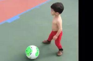 Fernanda Gentil joga bola e se diverte com o pai e filhos: 'Talento'. Vídeo!