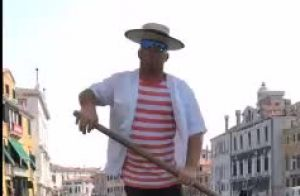 Luciano Huck grava gondoleiro em Veneza cantando música de Ivete Sangalo. Vídeo!