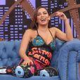Decotado nas costas, o macacão usado por Anitta no programa 'Lady Night' era todo bordado com paetês e formava figuras coloridas e divertidas