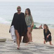 Kate Moss esbanja estilo ao ir à praia do Arpoador no Rio de Janeiro