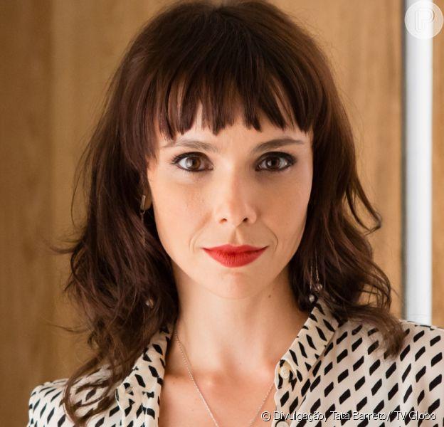 Irene (Débora Falabella) se desespera ao ver que Eugênio (Dan Stulbach) está levando Garcia (Othon Bastos) para conhecê-la e foge pela janela, a partir de 9 de agosto de 2017, na novela 'A Força do Querer'