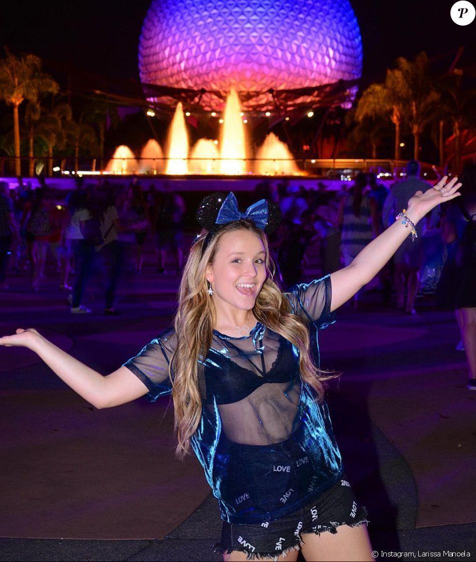 Larissa Manoela deixou o sutiã à mostra ao usar um look transparente na Disney, no último sábado, 15 de julho de 2017