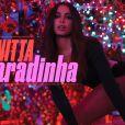 Anitta deixou o bumbum à mostra ao dançar o hit em jatinho