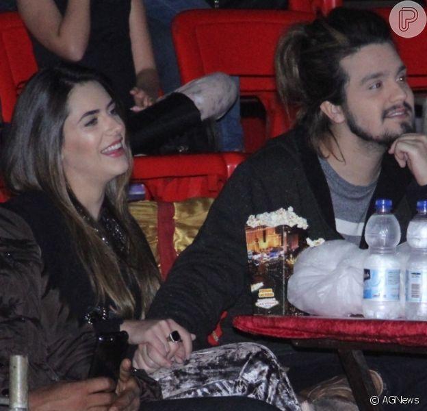 Luan Santana e a namorada, Jade Magalhães, assistiram espetáculo de mãos dadas no circo Las Vegas