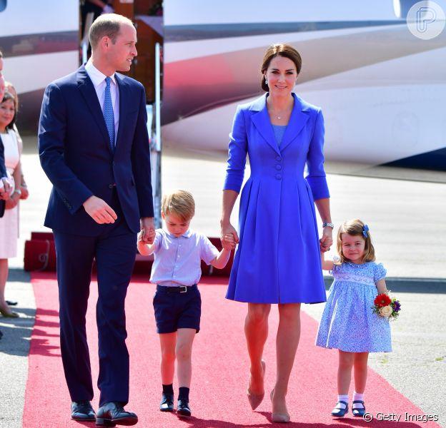Família Real britânica apostou em looks azuis para desembarcar em Berlim, na Alemanha, nesta quarta-feira, em 19 de julho de 2017