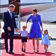 George manteve o rosto para baixo e ganhou um carinho da mãe, Kate Middleton, ao descer do avião em Berlim, na Alemanha, nesta quarta-feira, em 19 de julho de 2017