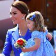 De vestido floral e laço no cabelo, Charlotte esbanjou fofura no colo de Kate Middleton ao chegar em Berlim, na Alemanha, nesta quarta-feira, em 19 de julho de 2017
