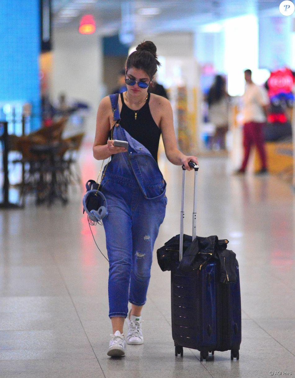 Camila Queiroz adora investir em looks despojados e no macacão jeans para  compor um visual despojado e básico 3ab4c6b067