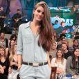 Camila Queiroz escolheu um macacão jeans da Renner para ir ao programa 'Altas Horas' com cinto Shoulder e scarpins My Shoes