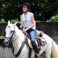 A atriz Camila Queiroz apostou no conforto da calça jeans para aulas de equitação quando se preparava para a novela 'Êta Mundo Bom'