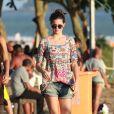 Camila Queiroz aposta em peças de jeans em várias produções: seja para ir a um evento ou para o dia a dia