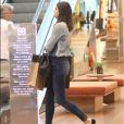 Camila Queiroz é adepta do jeans em várias ocasiões: viagens, passeio no shopping ou eventos