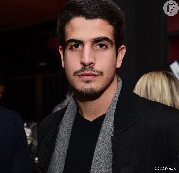 Enzo Celulari assumiu o namoro com a estudante Victória Grendene, em seu Instagram, na última quarta-feira, 26 de julho de 2017