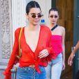 Kendall Jenner manteve o cabelo preso e ainda usou brincos de argola e bolsa vintage Christian Dior