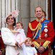 Em junho de 2016, Kate Middleton optou pelo vestido-casaco Alexander McQueen para assistir à apresentação de caças da Força Aérea Britânica
