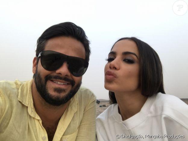 Anitta posou com o produtor Felipe Tadeu durante as gravações de 'Sua Cara'