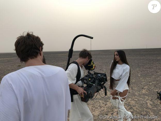 Anitta e Pabllo Vittar performaram 'Sua Cara' no deserto sem se negar a exibir o corpo