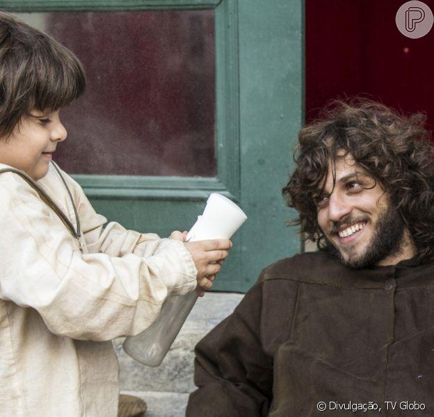 Na novela 'Novo Mundo', Quinzinho (Theo de Almeida Lopes) volta a falar e conta para Joaquim (Chay Suede) que Thomas (Gabriel Braga Nunes) guarda seus segredos em um quarto na Taberna