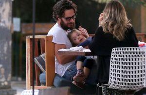 Gabriel Braga Nunes paparica filha, Maria, de 3 anos, durante passeio. Fotos!