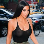 Após Kendall Jenner, Kim Kardashian dispensa sutiã com blusa transparente em NY