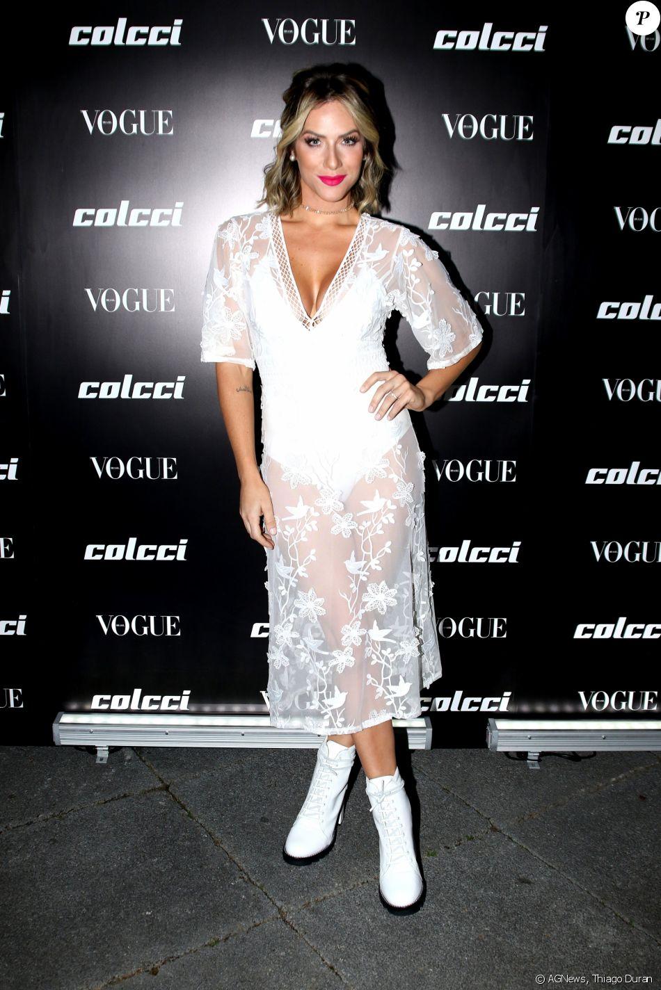 Giovanna Ewbank voltou a apostar na tendência das botas brancas no lançamento da coleção primavera/verão 2018 da Colcci e da edição de agosto da revista 'Vogue', em São Paulo, na noite desta terça-feira, 1° de agosto de 2017