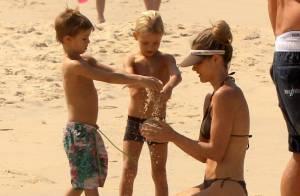 Fernanda Lima exibe boa forma e brinca com os filhos em praia do Rio de Janeiro