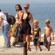 Fernanda Lima se diverte com os filhos gêmeos, João e Francisco, na praia do Leblon, Zona Sul do Rio de Janeiro, em 10 de abril de 2014