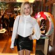 Fiorella Mattheis também apostou em uma saia curta assimétrica, usada com camisa social  Giuliana Romanno, para participar de um evento de moda n a última quarta-feira, 2 de agosto de 2017